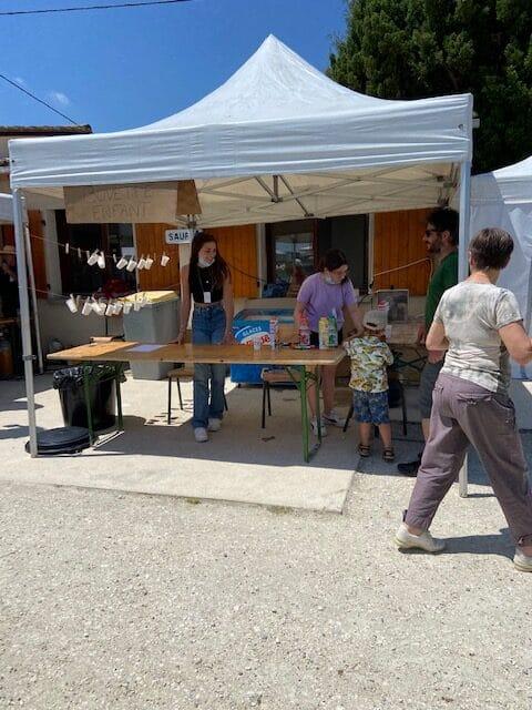 Le Conseil municipal des jeunes de Blasimon à l'Asso'Fête organisée par le OuistitiCircus - Stand eau & glaces